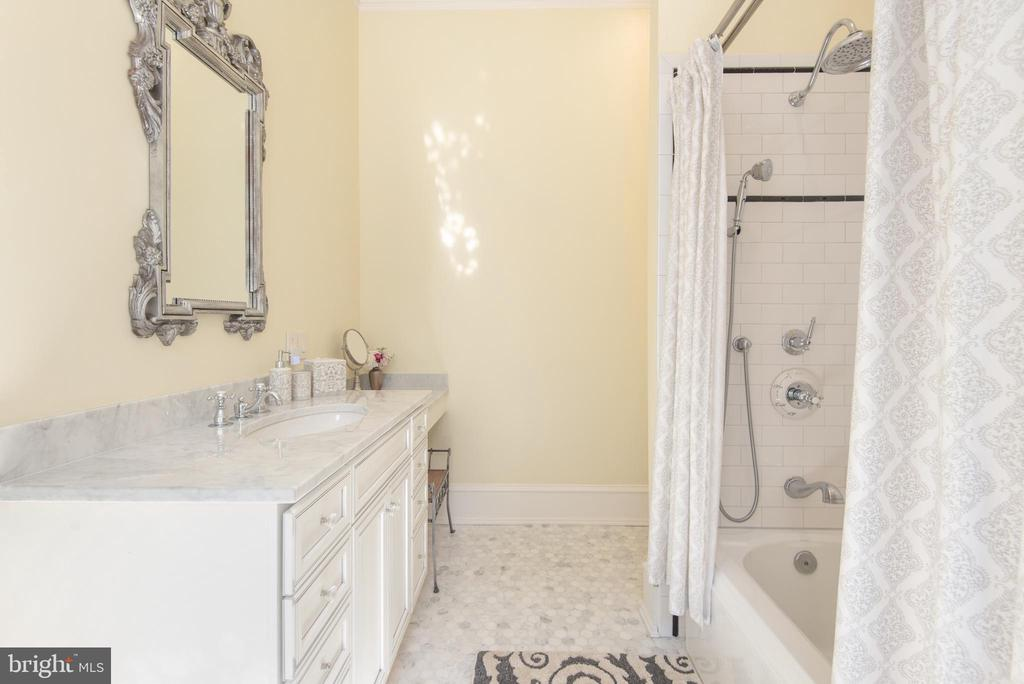 Main level en suite - 8205 ASHY PETRAL CT, SPOTSYLVANIA