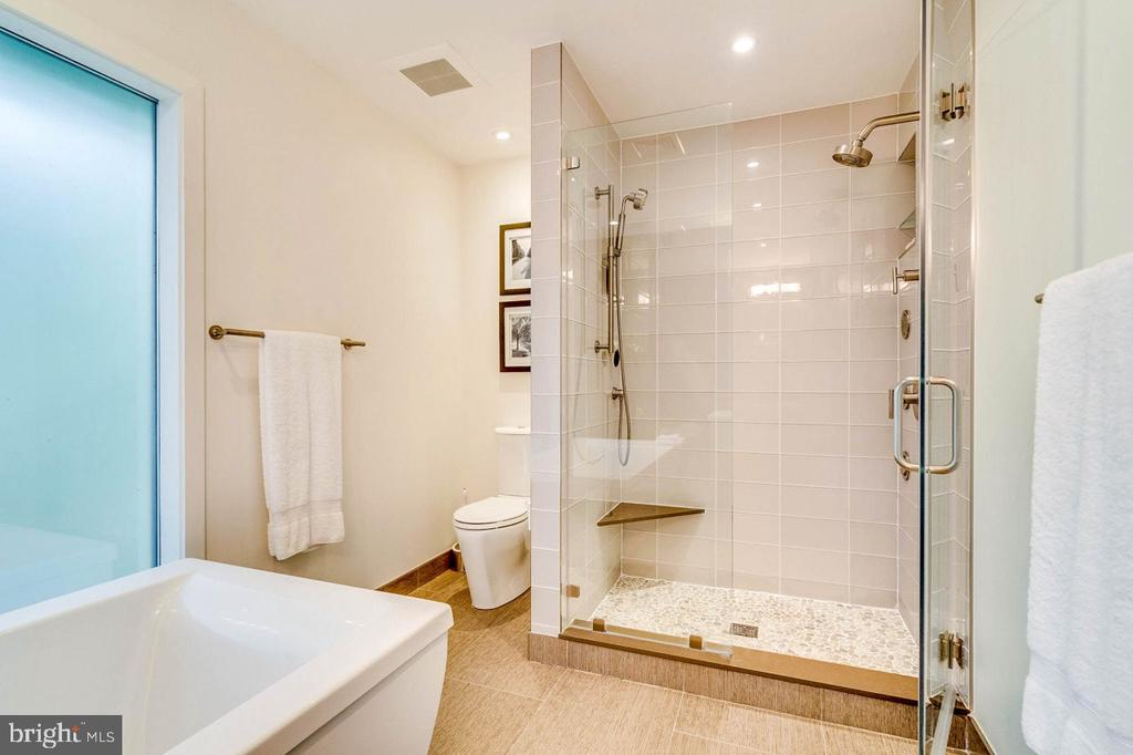 Modern owners bath with soaking tub and shower - 3004 CUNNINGHAM DR, ALEXANDRIA