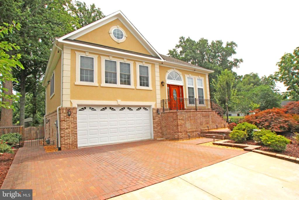 Beautiful Brick and Stucco with Brick Paver Drive - 4011 WOODLAND RD, ANNANDALE