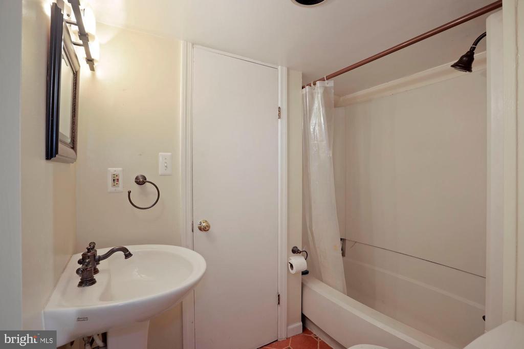lower level full bath - 1309 N GLEBE RD, ARLINGTON