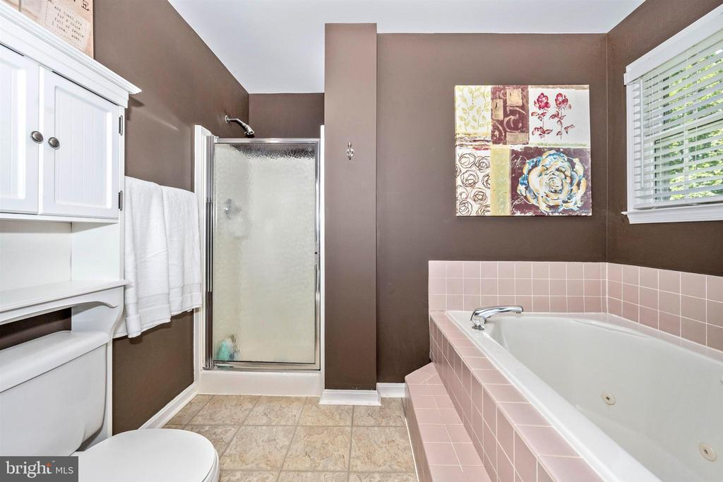 Soaking tub & shower in master bath - 8707-A N PACIFIC CT, MIDDLETOWN