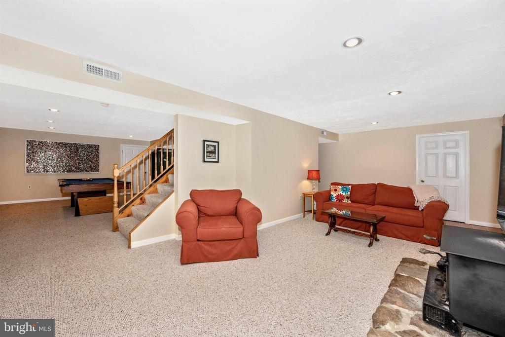Lower level fam. rm 25' x 13' - 8707-A N PACIFIC CT, MIDDLETOWN