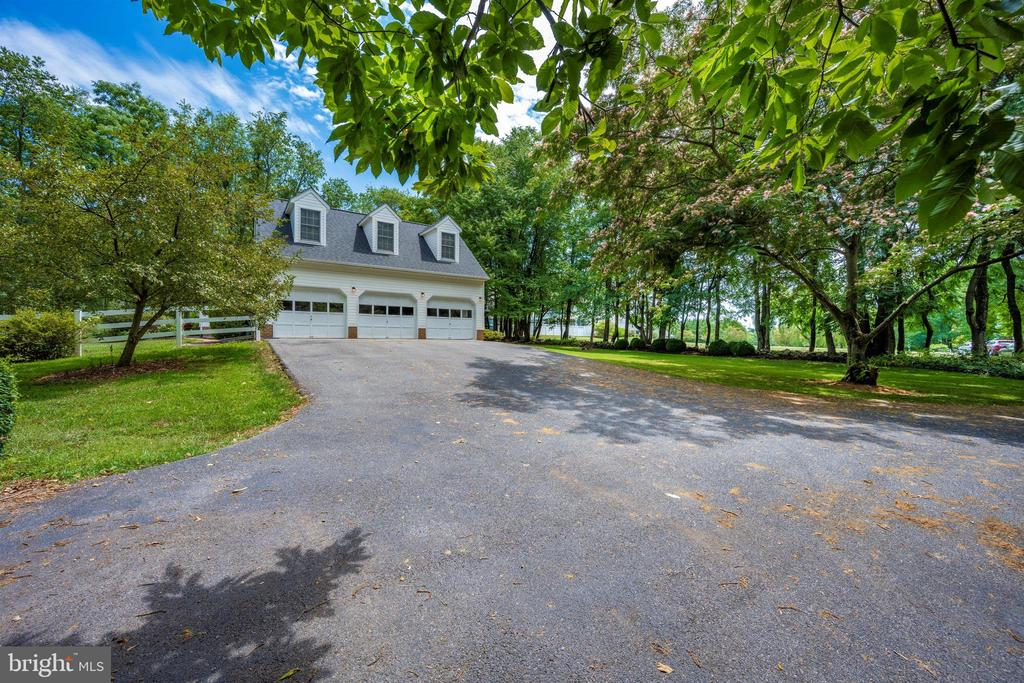 oversize 3 car garage & plenty of parking - 8707-A N PACIFIC CT, MIDDLETOWN