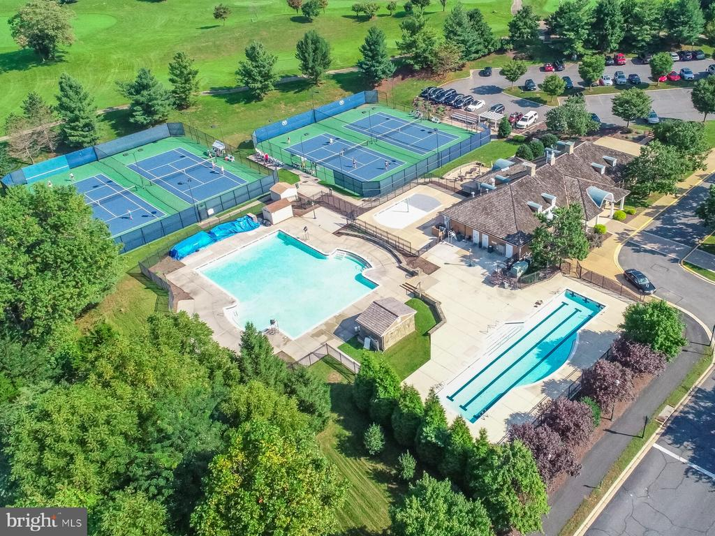 Moments to luxury amenities - 18382 FAIRWAY OAKS SQ, LEESBURG