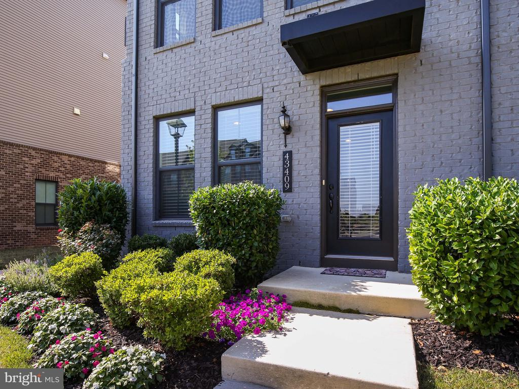 Beautiful end unit with extra windows - 43409 SOUTHLAND ST, ASHBURN