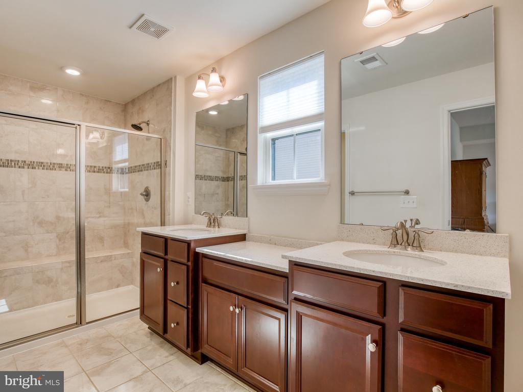 Masterbath with large walk-in shower - 43409 SOUTHLAND ST, ASHBURN