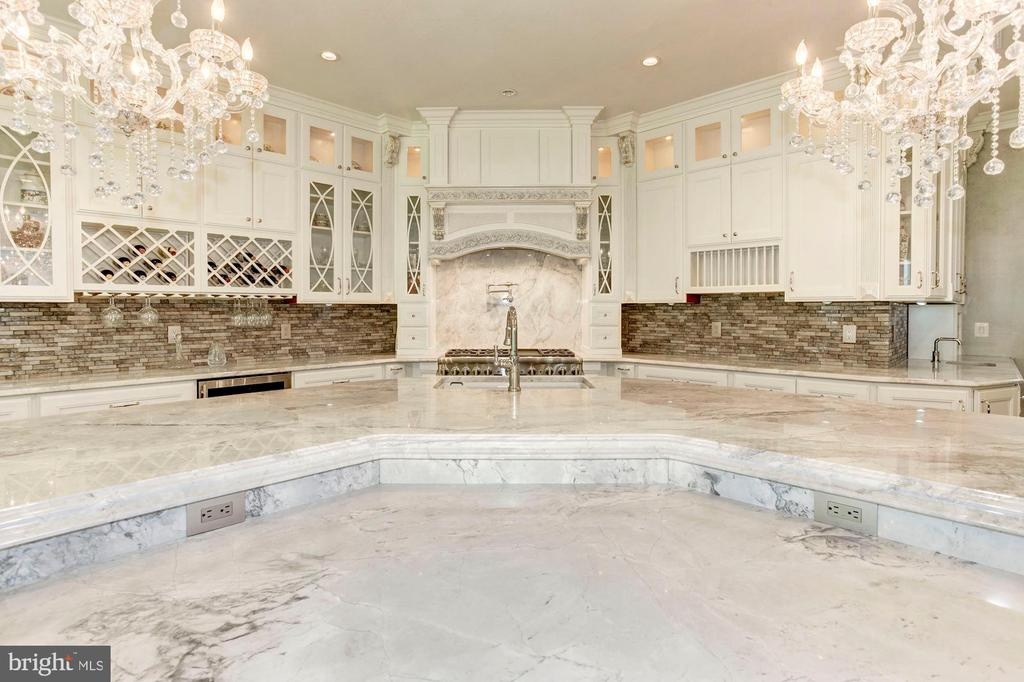 Center Island - Gorgeous! - 432 SPRINGVALE RD, GREAT FALLS