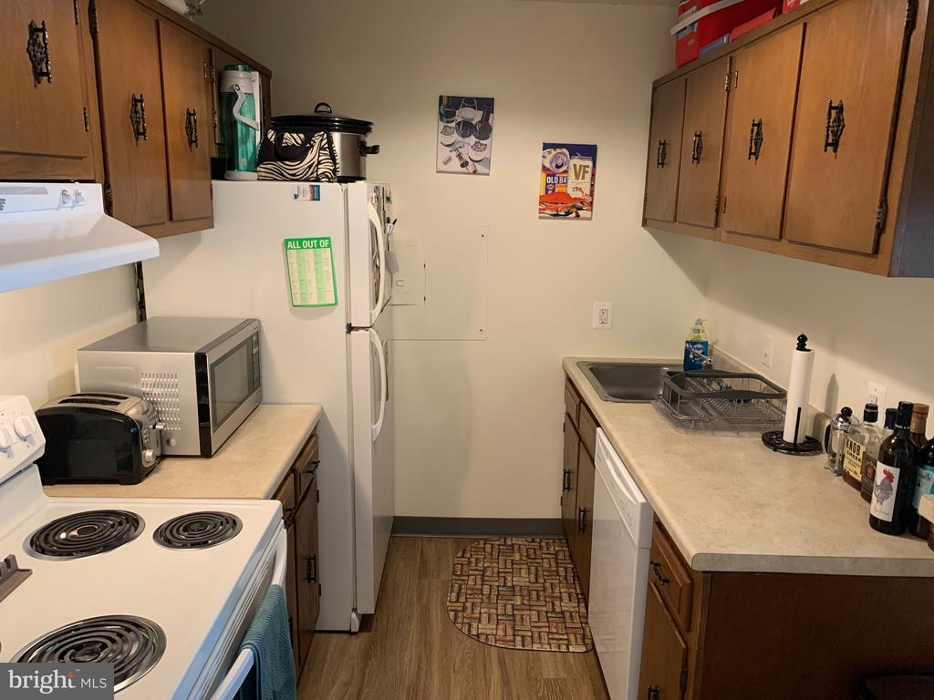 Spacious galley-style kitchen, plenty of potential - 2311 PIMMIT DR #311, FALLS CHURCH