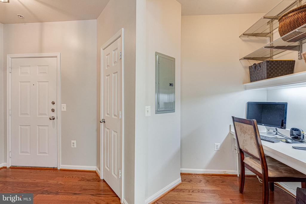 Entryway to home and perfect office nook ! - 9480 VIRGINIA CENTER BLVD #117, VIENNA