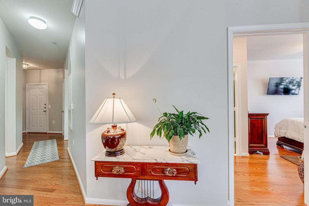 Hallway from front entry to living room - 9480 VIRGINIA CENTER BLVD #117, VIENNA