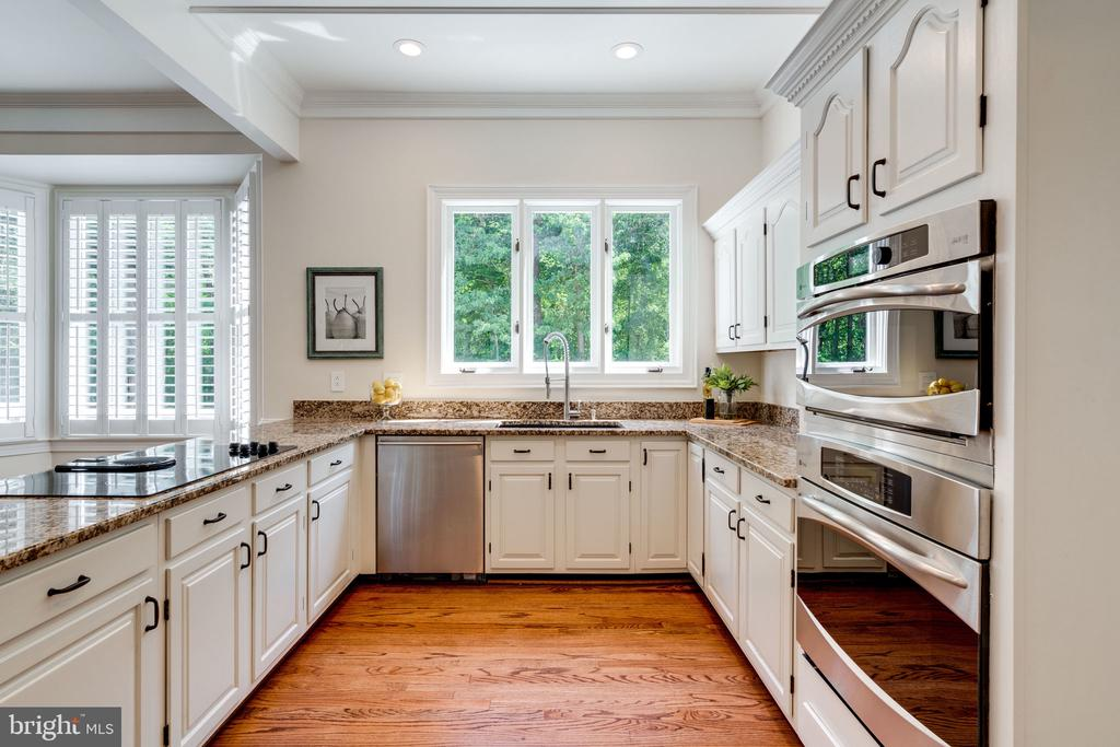 Bright white kitchen - 11112 HAMPTON RD, FAIRFAX STATION