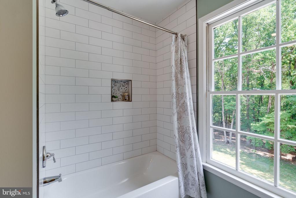 Tub/shower combo w/ shampoo niche - 11112 HAMPTON RD, FAIRFAX STATION