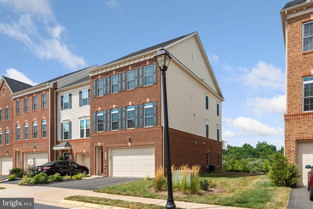 End-Unit Townhouse Backing to Common Area - 44380 FOXTHOM TER, ASHBURN