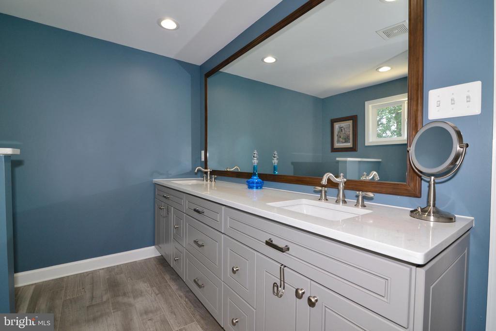 Updated Master Bath! Quartz vanity countertop! - 1613 FOLLEY LICK CT, HERNDON