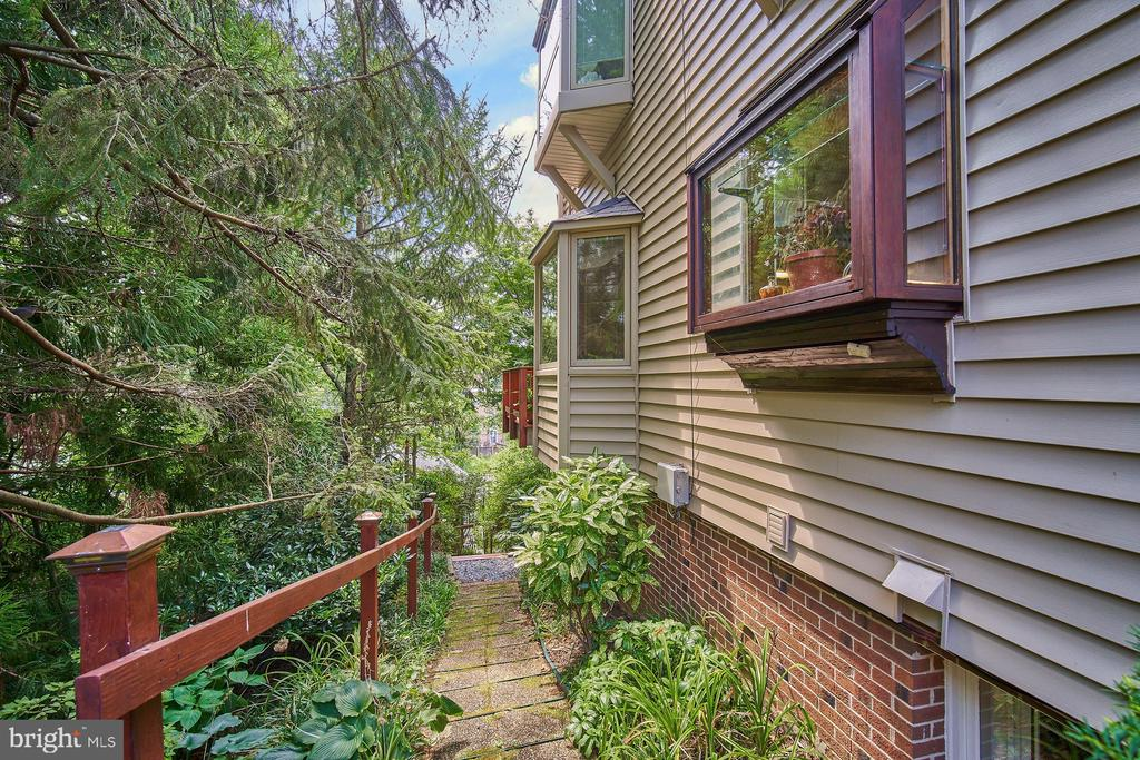 Lush Landscaped yard - 1406 N JOHNSON ST, ARLINGTON