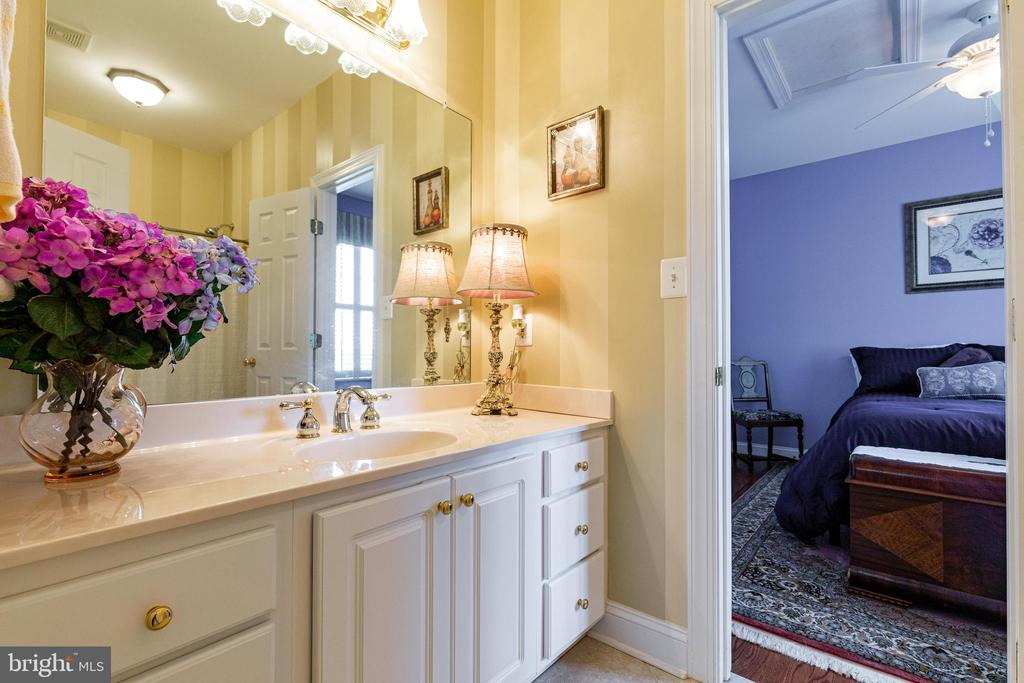 Full Bath with Access to Both Secondary Bedrooms - 38235 MILLSTONE DR, PURCELLVILLE