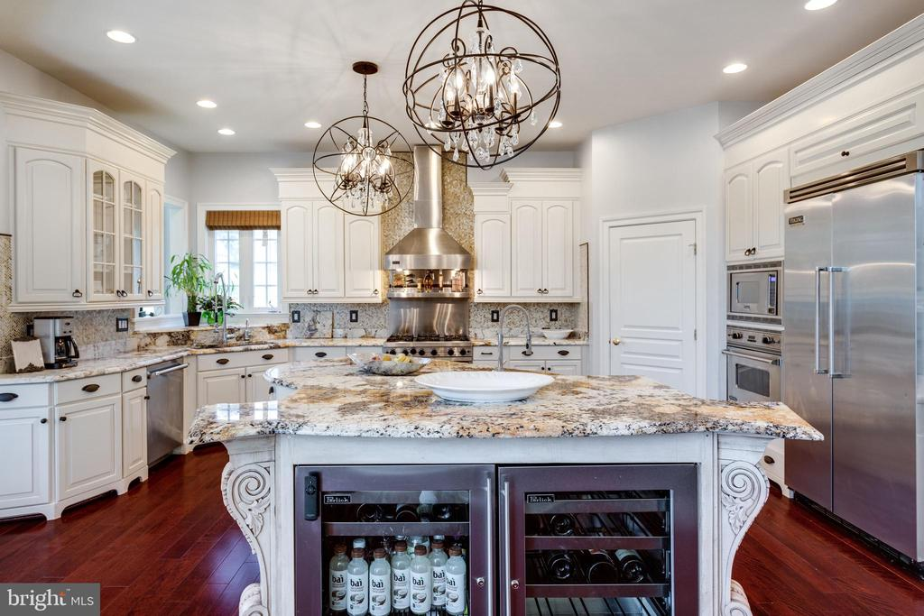 Beautiful, Well Appointed Gourmet Kitchen. - 2508 COULTER LN, OAKTON