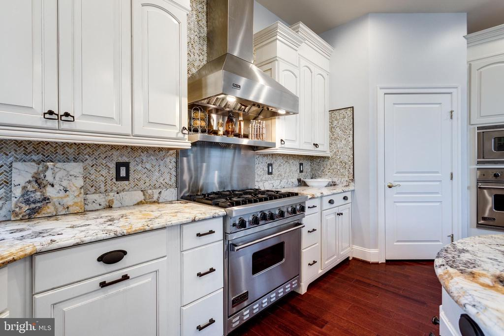 Stainless Steel Viking Appliances & Mosaic Tile . - 2508 COULTER LN, OAKTON