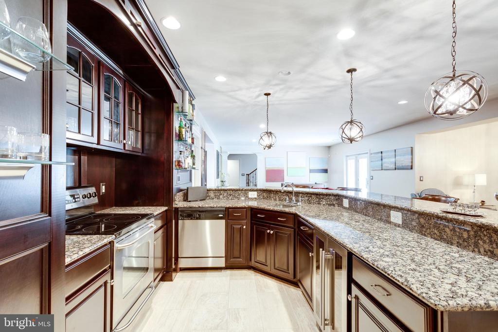 Well-appointed Entertaining Kitchen. - 2508 COULTER LN, OAKTON
