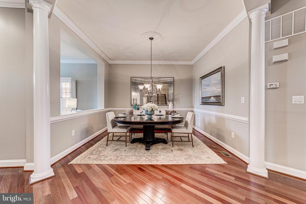 Formal dining room with architectural details - 18382 FAIRWAY OAKS SQ, LEESBURG