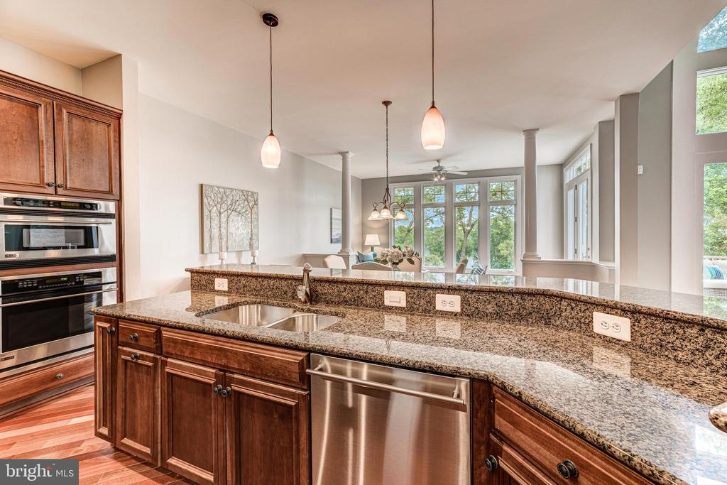 Kitchen opens to morning and family rooms - 18382 FAIRWAY OAKS SQ, LEESBURG