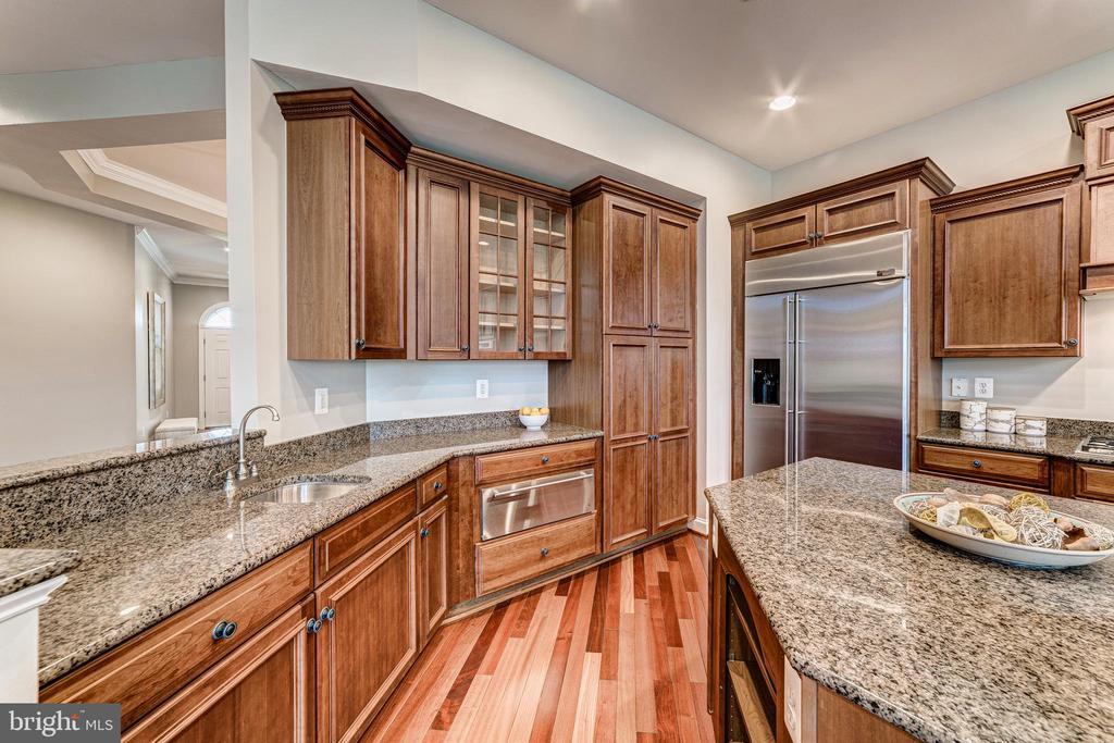 Upgraded cabinets and appliances - 18382 FAIRWAY OAKS SQ, LEESBURG