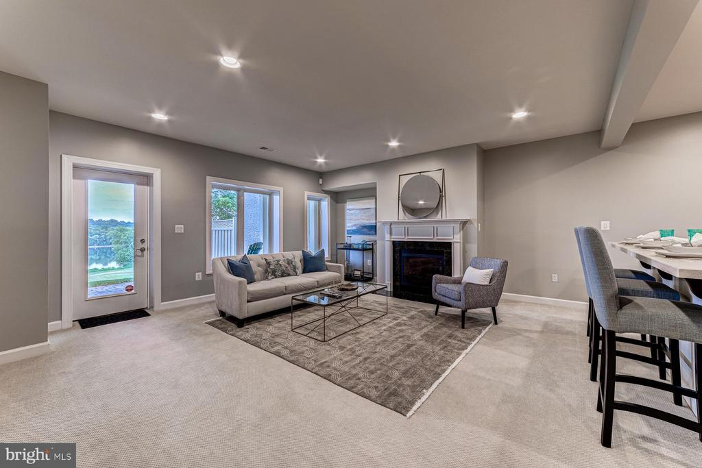 Rec room opens to covered patio with water views - 18382 FAIRWAY OAKS SQ, LEESBURG
