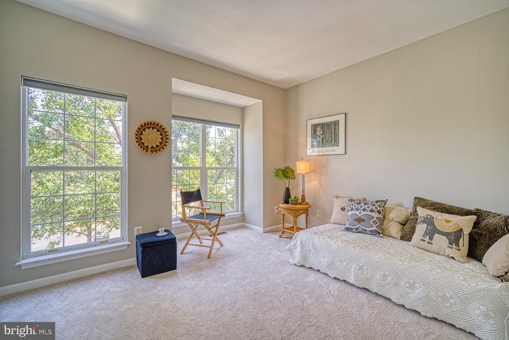 Large bedroom with attached bath - 2442 OLD FARMHOUSE CT, HERNDON