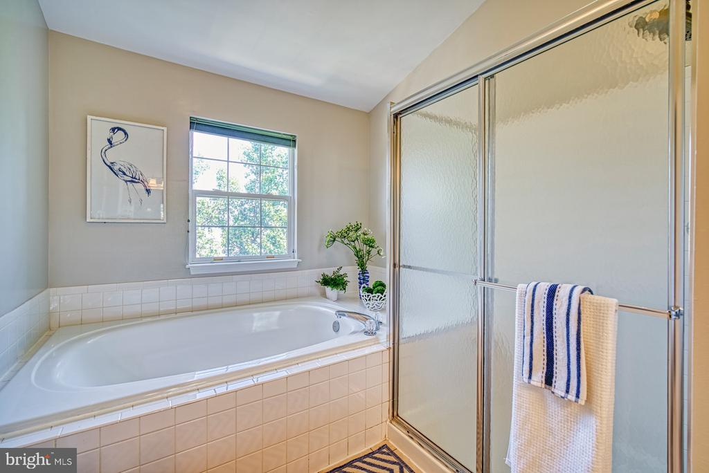 Soaking tub in master bathroom - 2442 OLD FARMHOUSE CT, HERNDON