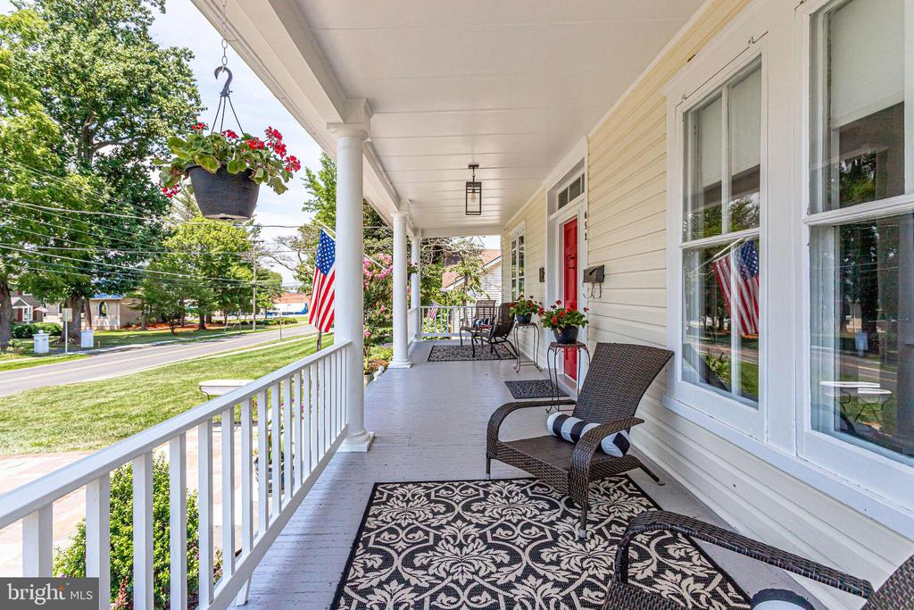 Back porch! Chat with a neighbor! - 652 SPRING ST, HERNDON