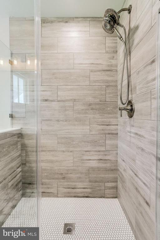 A perfect shower- main level full bath. - 652 SPRING ST, HERNDON
