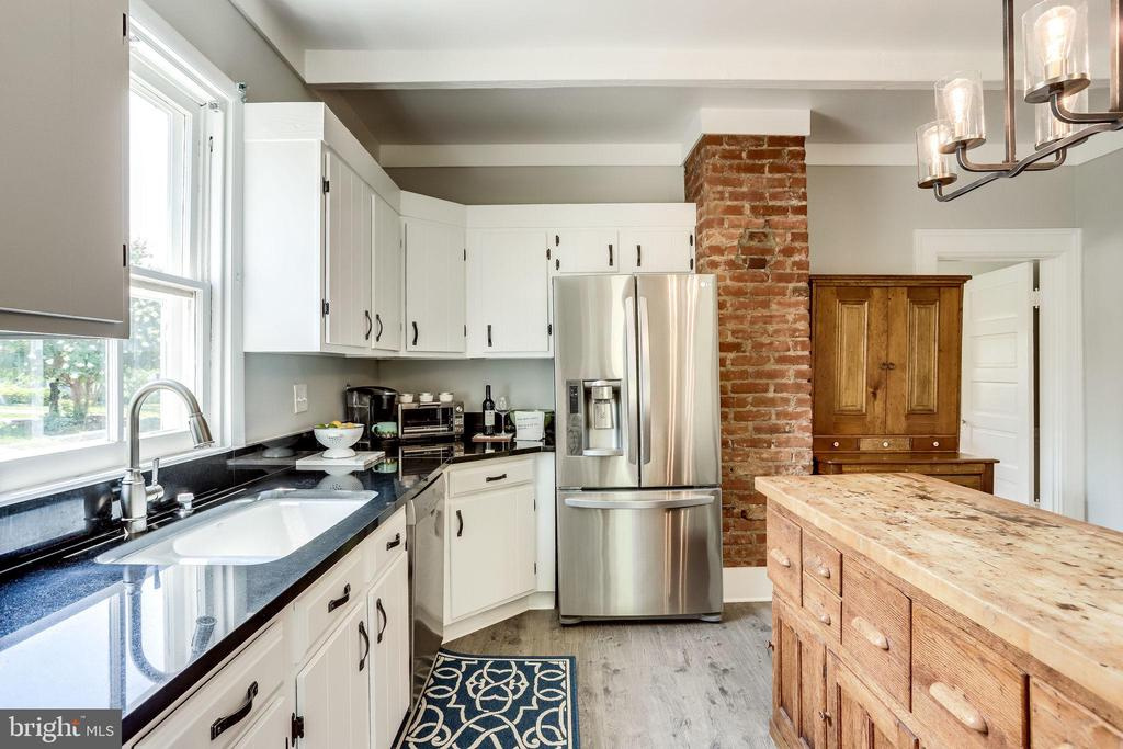 Plenty of counterspace! - 652 SPRING ST, HERNDON