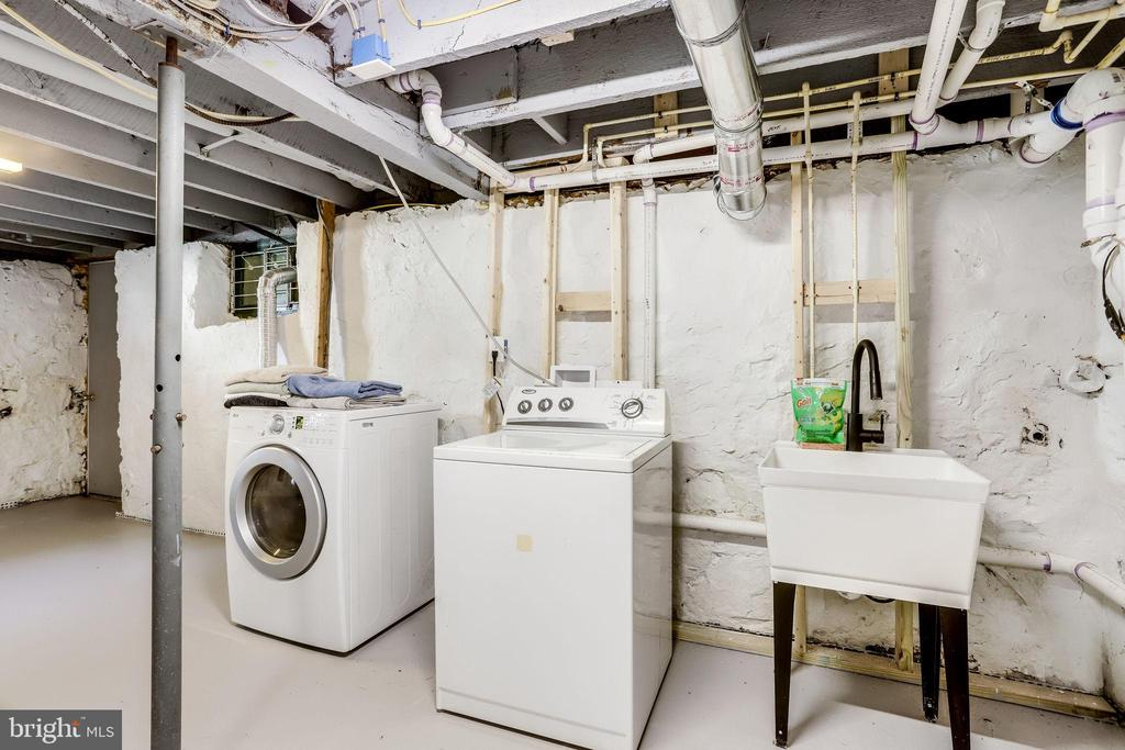 Washer/Dryer and a laundry sink! - 652 SPRING ST, HERNDON