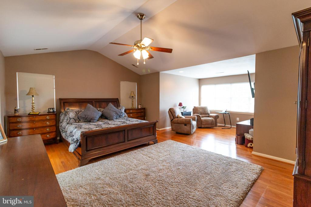 master suite with sitting room - 1302 WANETA CT, ODENTON