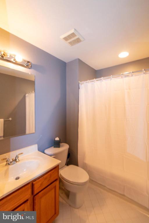 full bath in 2nd bedroom - 1302 WANETA CT, ODENTON