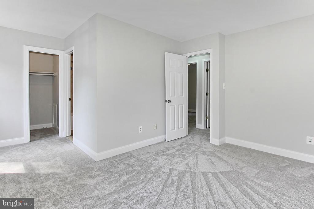 Master Bedroom with Walk-in closet - 4923 TIBBITT LN, BURKE