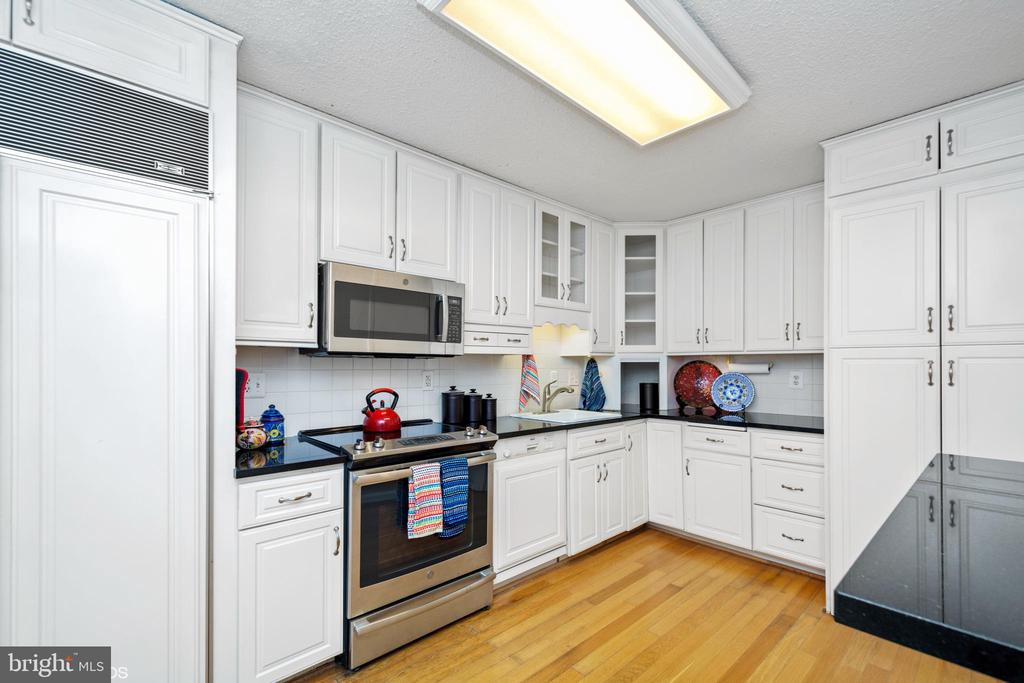 Kitchen also features wood floors - 5902 MOUNT EAGLE DR #609, ALEXANDRIA
