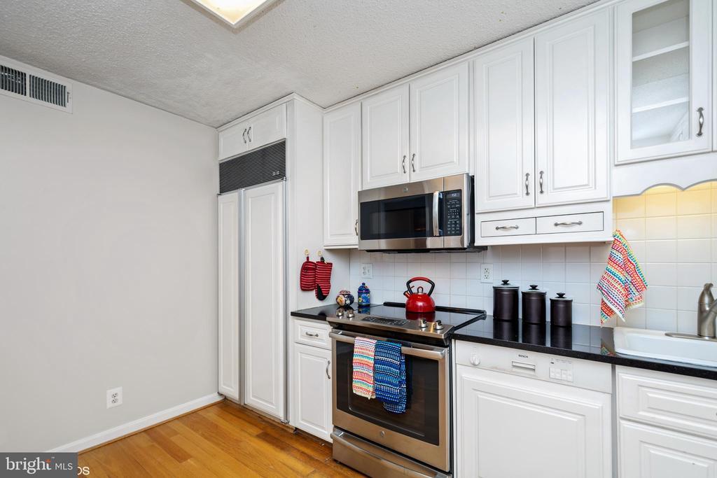 Sub-zero fridge has doors with cabinetry - 5902 MOUNT EAGLE DR #609, ALEXANDRIA