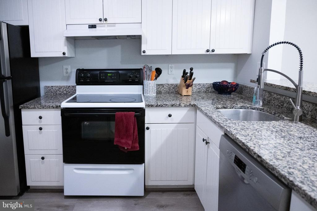 Ample surface for your cooking and serving - 1004 WARWICK CT, STERLING