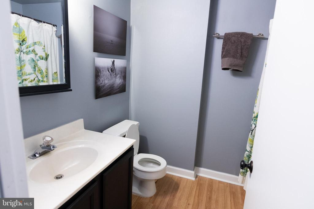 Bedroom level full bath with tub/shower - 1004 WARWICK CT, STERLING