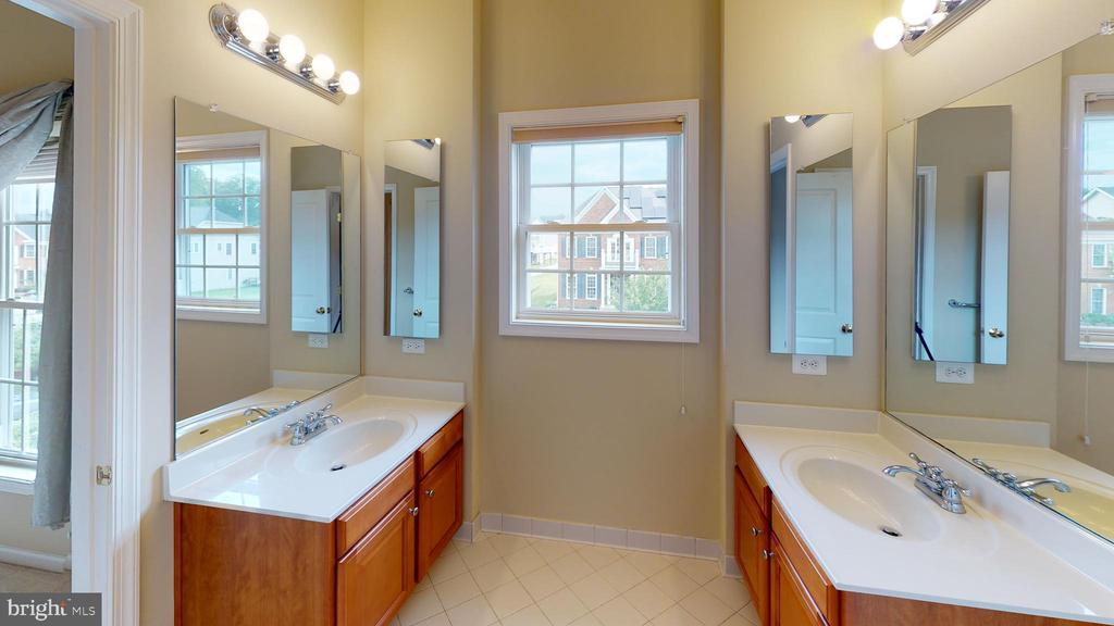 Full bath in between two bedrooms - 1410 MACFREE CT, ODENTON