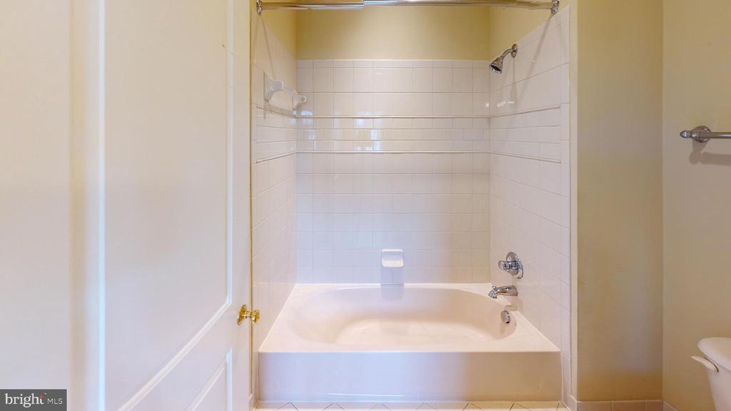 Full bathroom - 1410 MACFREE CT, ODENTON
