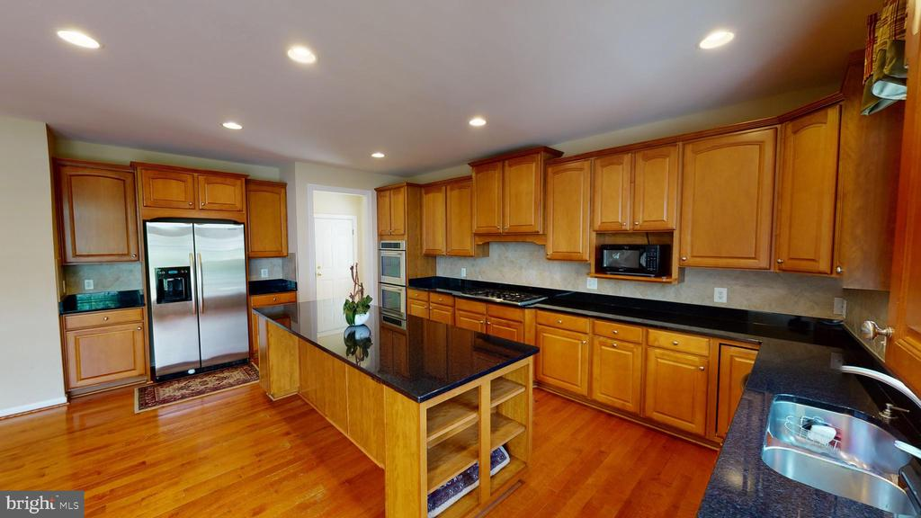 Built in shelves on island - 1410 MACFREE CT, ODENTON