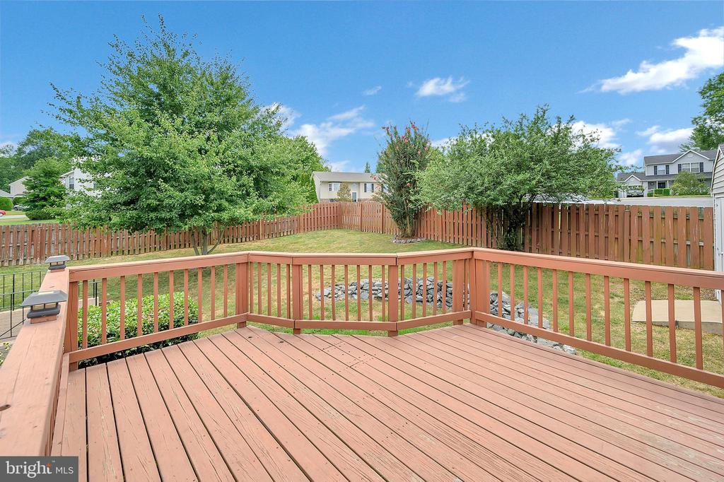 Deck fully fenced backyard large lot - 13 THORNBERRY LN, STAFFORD
