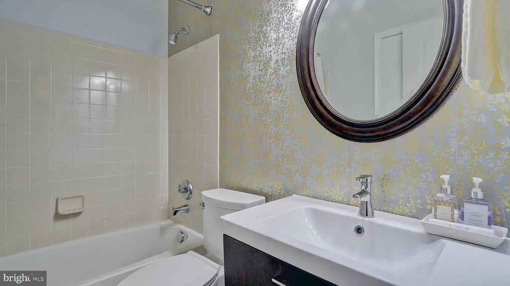 Full bathroom of the entry-level bedroom. - 476 HARBOR SIDE ST, WOODBRIDGE