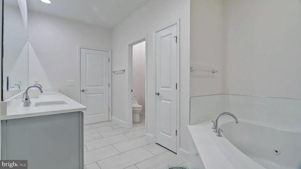Large linen closet in master bathroom. - 476 HARBOR SIDE ST, WOODBRIDGE
