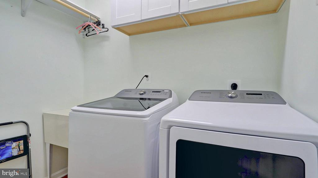 Large laundry room with space for storage. - 476 HARBOR SIDE ST, WOODBRIDGE