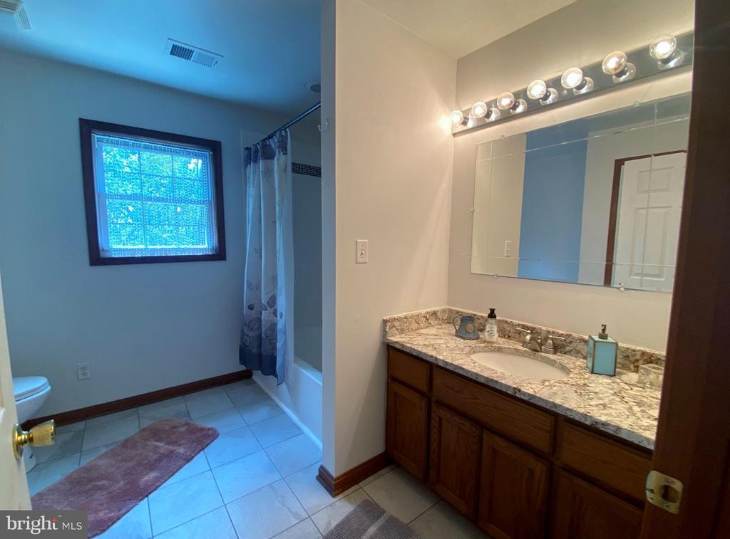 Remodeled & Tiled Bathroom - 544 WHITE PINE LN, BOYCE