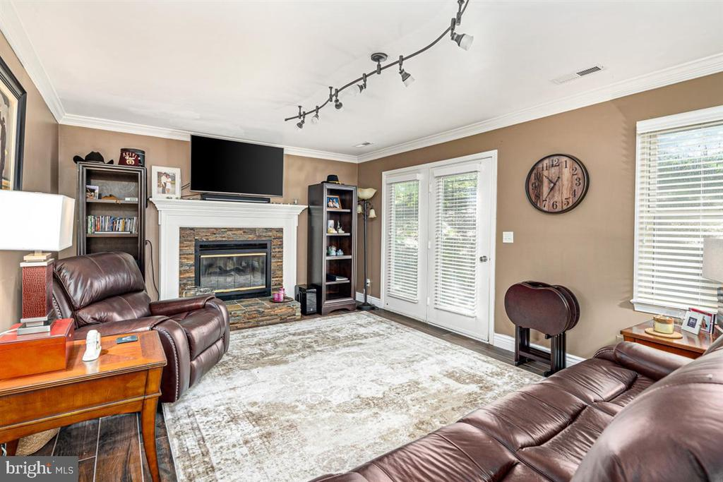 WHAT A COZY  SPACE! gAS FIREPLACE - 1007 JOHN PAUL JONES DR, STAFFORD