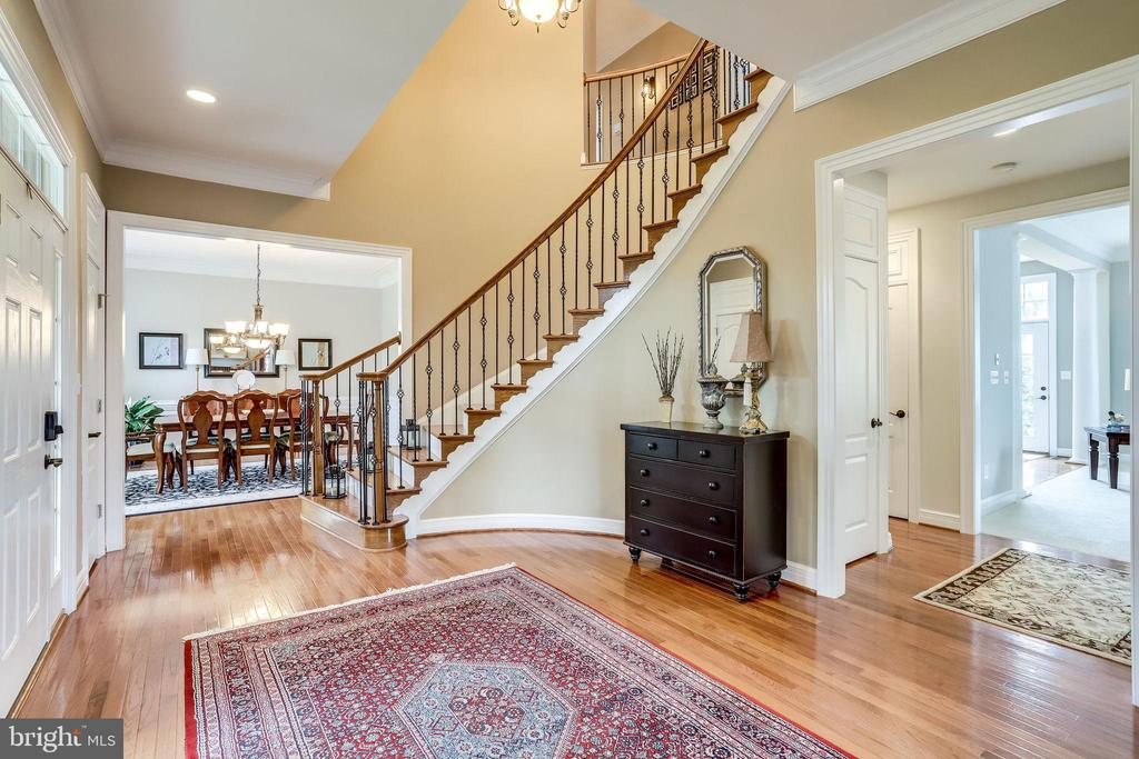 10' ceilings throughout main and upper level - 904 LOCUST ST, HERNDON